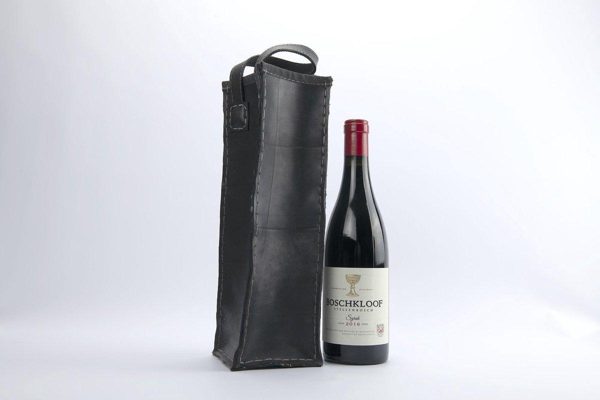 Wijntas (Vegan) gemaakt in Zuid Afrika door Nick and Nichol's van hergebruikte auto binnenbanden (VEGAN), duurzaam en modieus gecombineerd met Zuid-Afrikaanse stof aan de binnenkant. Neem wijn mee of geef het kado in deze mooie tas.